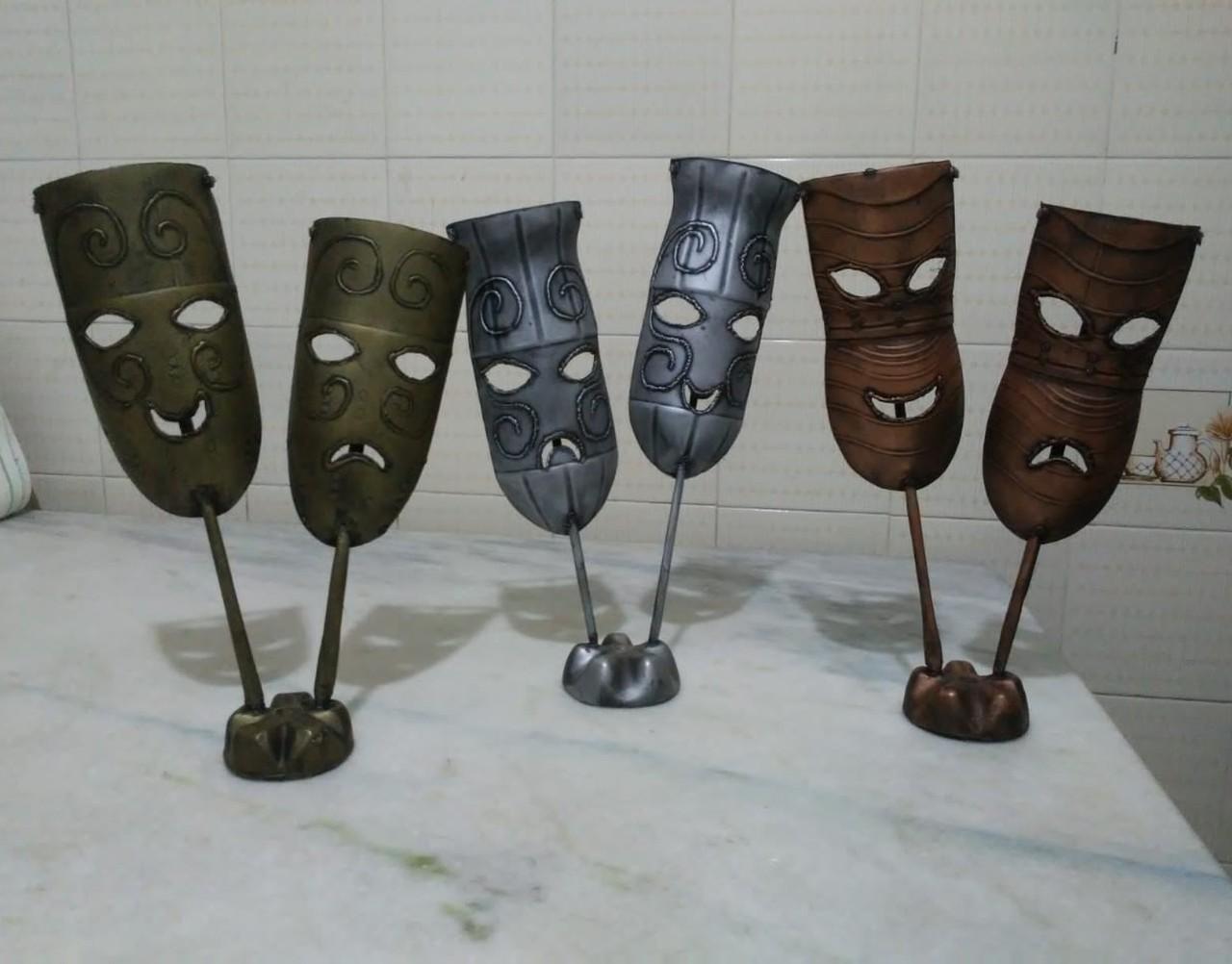Artesão transforma garrafas PET em obras de arte