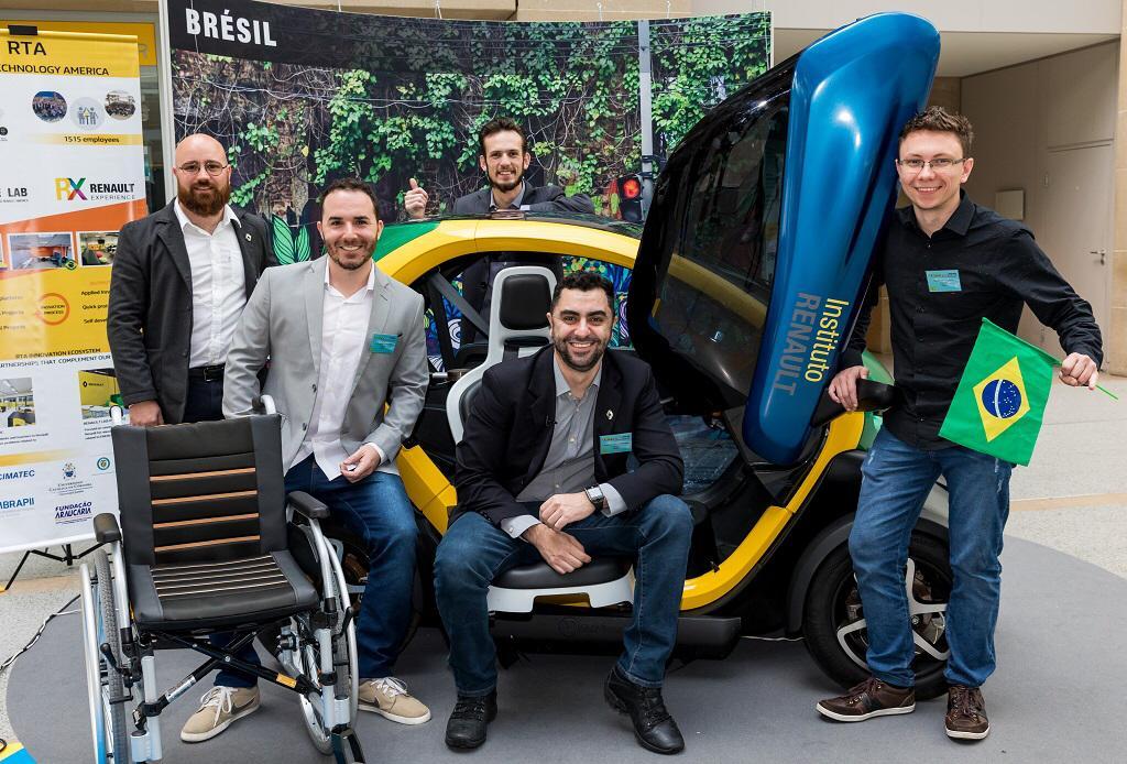 estudantes brasileiros em carro elétrico para cadeirantes que eles criaram