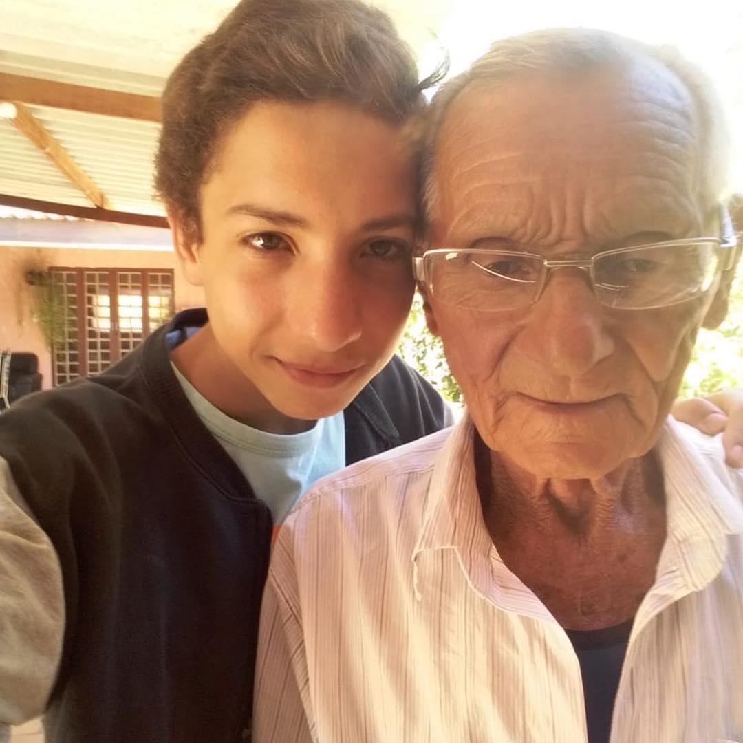 jovem ao lado de idoso