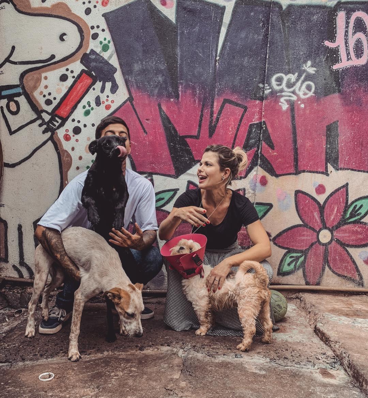nutricionista que lançou rifa beneficente ao lado de jovem e cachorros