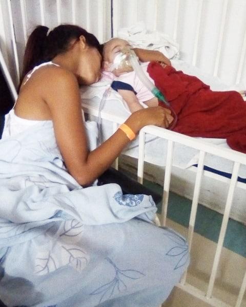 bebê abandonada em hospital com a mãe adotiva