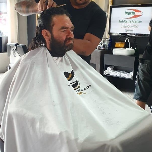 morador de rua que prestou Enem fazendo corte e barba