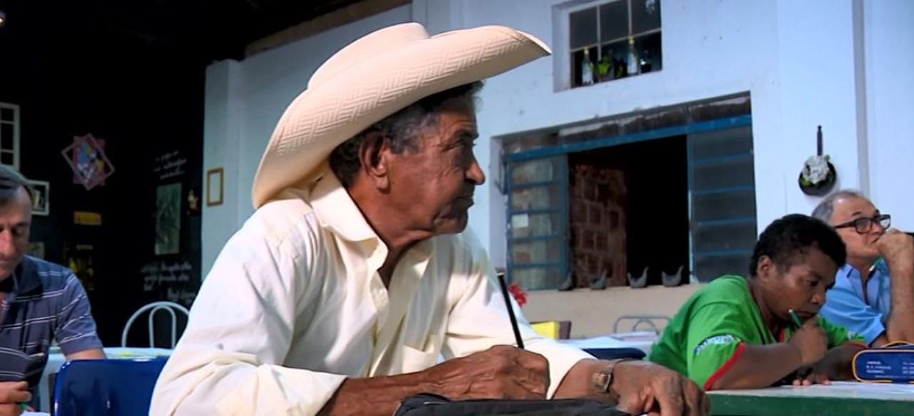 professora monta escola bar alfabetiza moradores vila rural