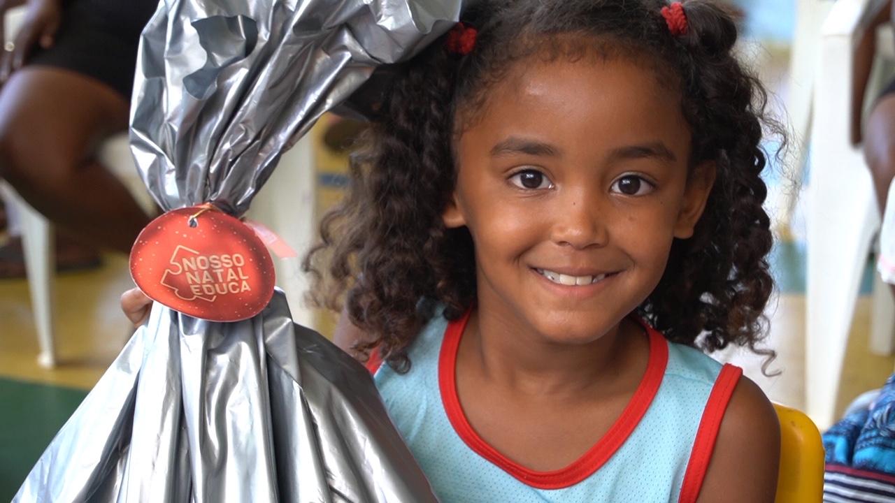 'Nosso Natal Educa' entrega kits escolares a crianças e adolescentes carentes 2