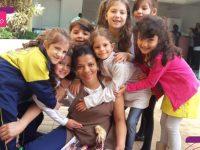 Meninas presenteiam tia da escola que sempre quis ter uma boneca Barbie 8