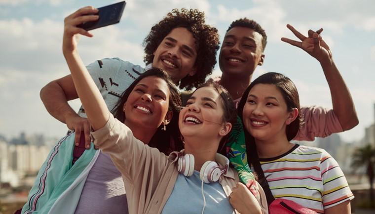 jovens fazendo selfie celular