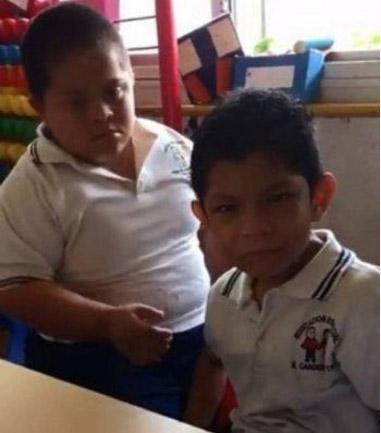 Menino com síndrome Down dá carinho e acalma colega autista; assista 1