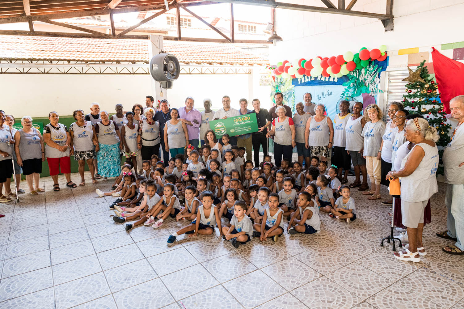 crianças sentadas chão cercadas adultos evento beneficente subway