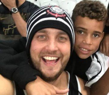 torcedor corinthiano com menino que ele ajudou