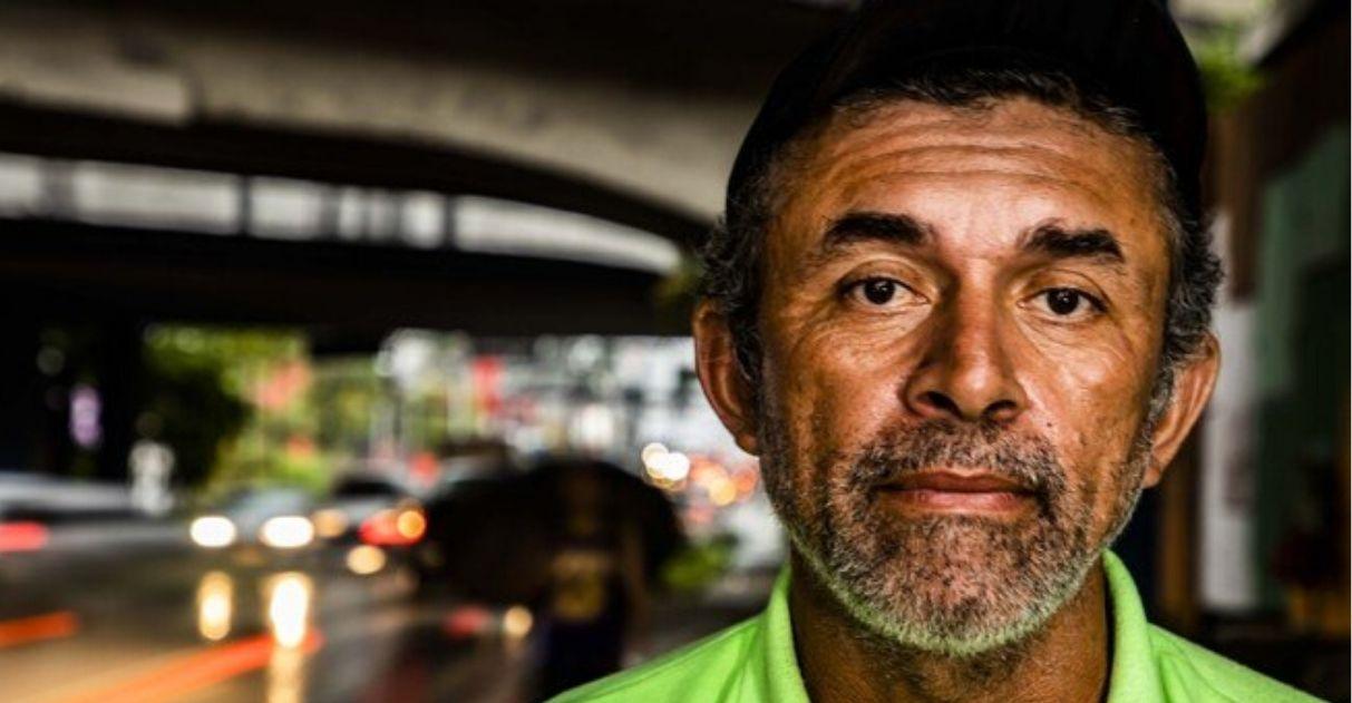 Morador de rua monta sala embaixo de ponte