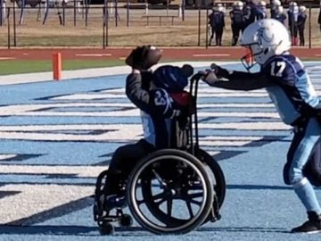 Equipes rivais ajudam jogador cadeira de roda touchdown