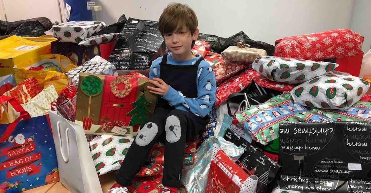 menino doação pijamas livros crianças vítimas violência doméstica