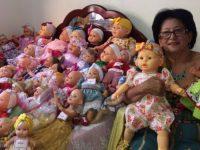 costureira reforma bonecas para crianças natal