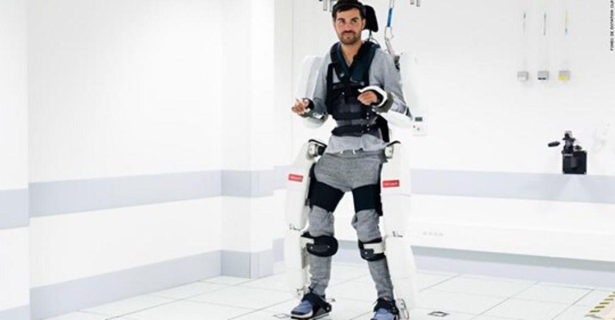 Homem tetraplégico volta caminhar com traje robótico cérebro