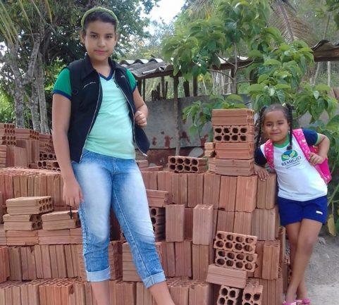 Menina que escreve livros para reformar casa da família ganha material de construção