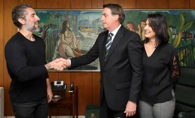 apresentador Marcos Mions cumprimentando o presidente Jair Bolsonaro e Michele