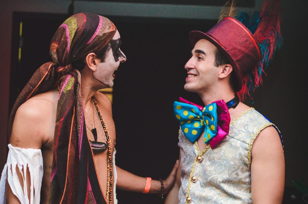 casal que fez pedido de casamento em teatro no Rio de Janeiro atuando
