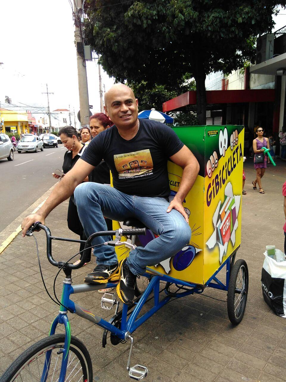 professor em sua Gibicicleta em Campo Grande