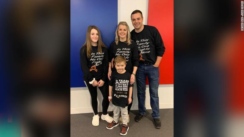 Menino curado leucemia aplausos colegas escola vídeo