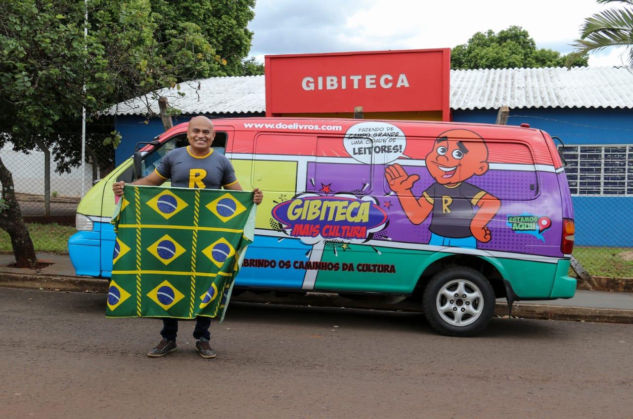 professor em frente a sua Vanteca e Gibiteca em Campo Grande