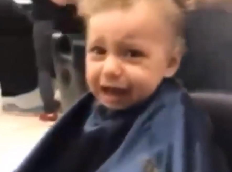 Barbeiros cantam para acalmar menino durante corte de cabelo