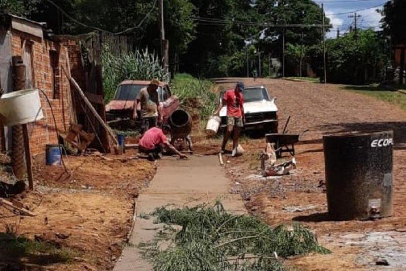 Vizinhos reformam calçadas para menina com ossos de cristal