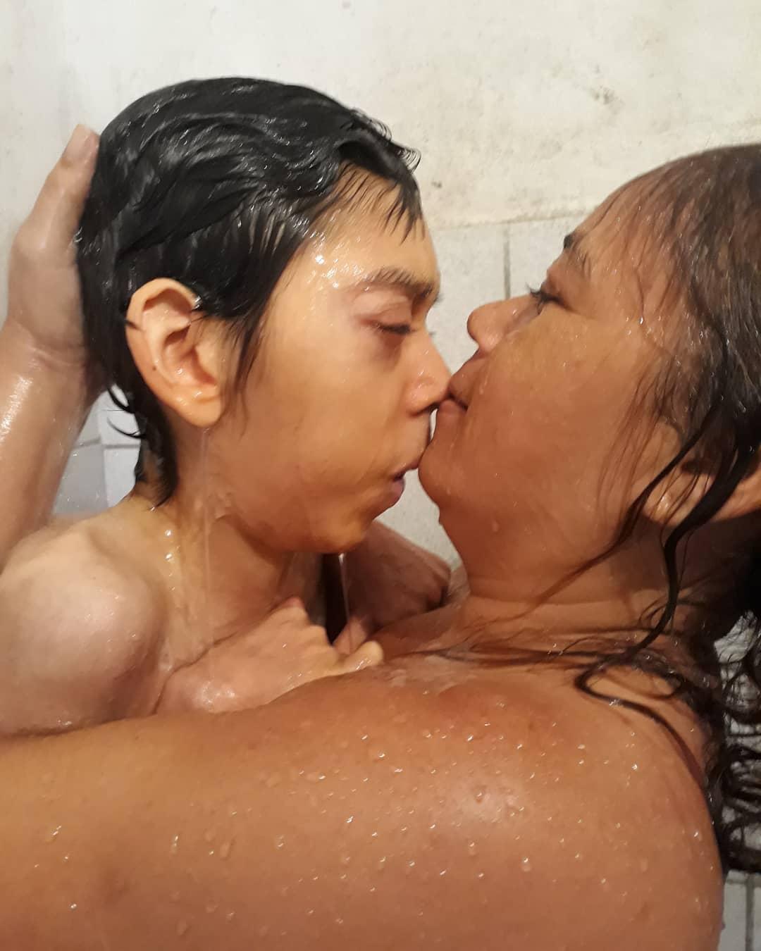 mãe dando banho no filho especial