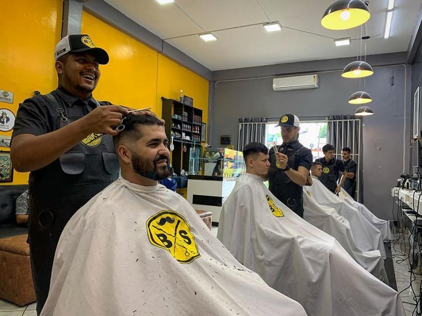 Barbearia oferece cortes grátis entrevista de emprego