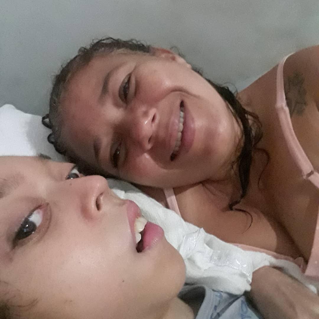 mãe deitada ao lado do filho especial