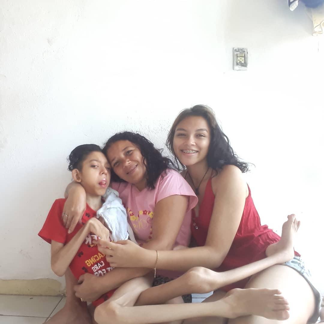 mãe com os filhos