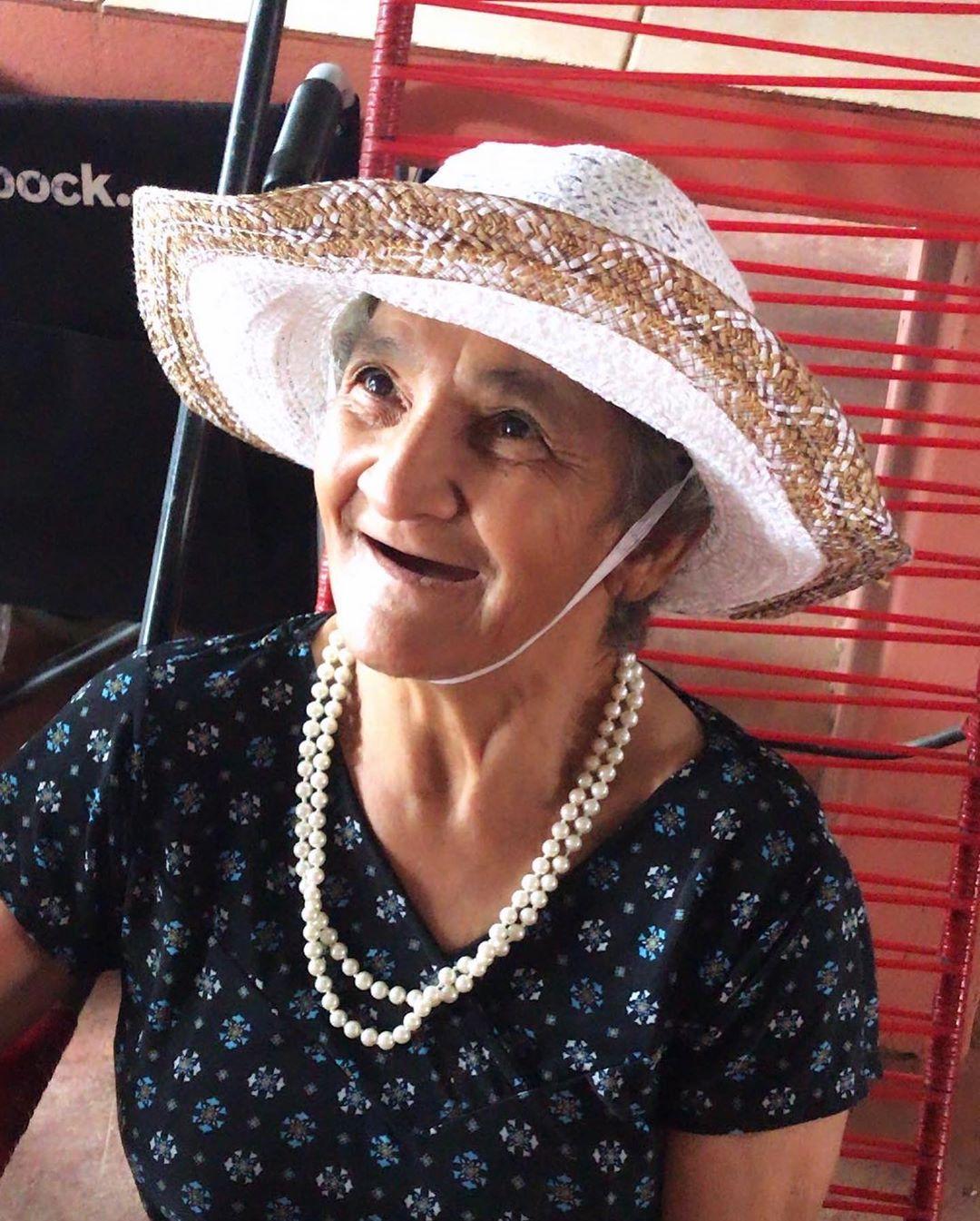 idosa ajudada por adolescente de Anápolis
