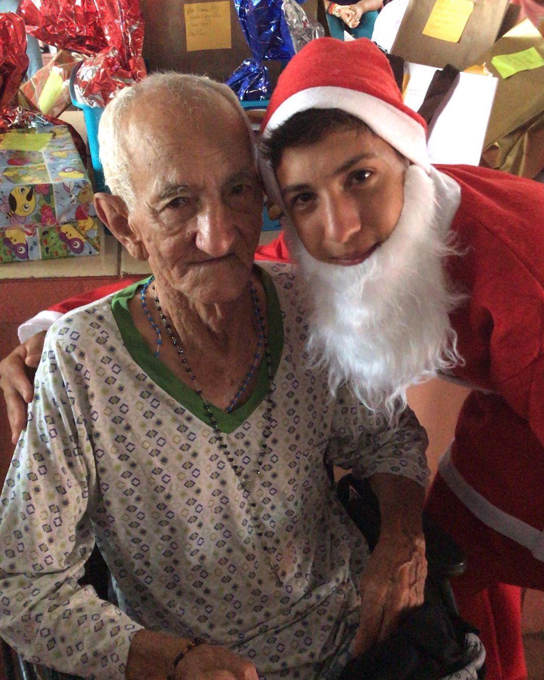 adolescente de Anápolis vestido de papai noel para idosos