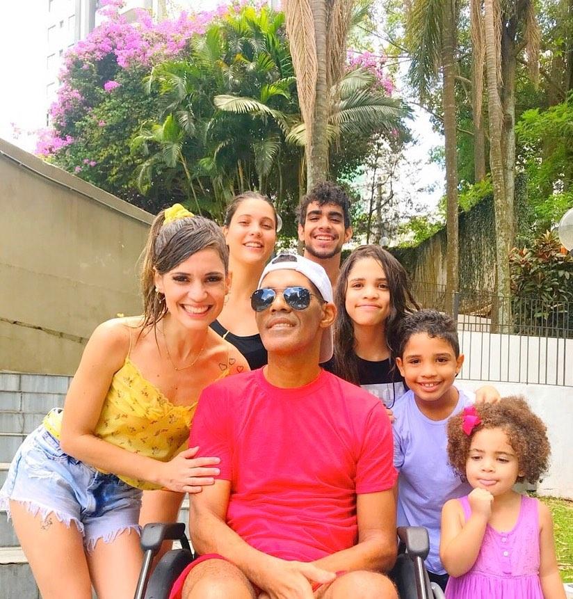 vocalista da banda Sampa Crew com esposa e filhos