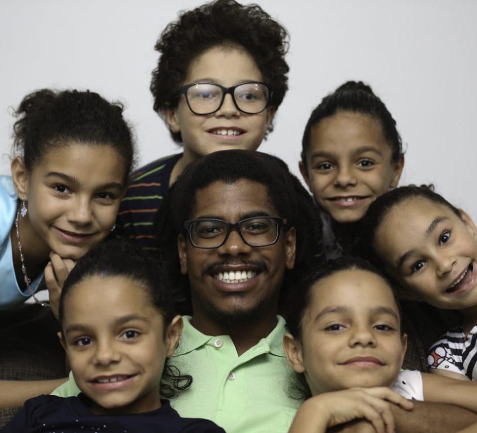 pai com os seis fihos que ele adotou no Distrito Federal