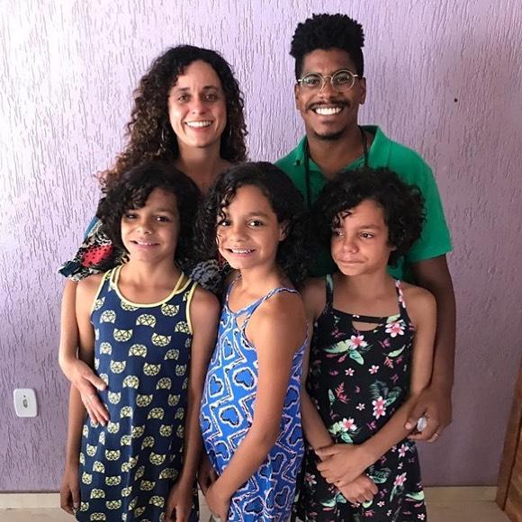 pai que adotou seis crianças ao lado da namorado e das trigêmeas