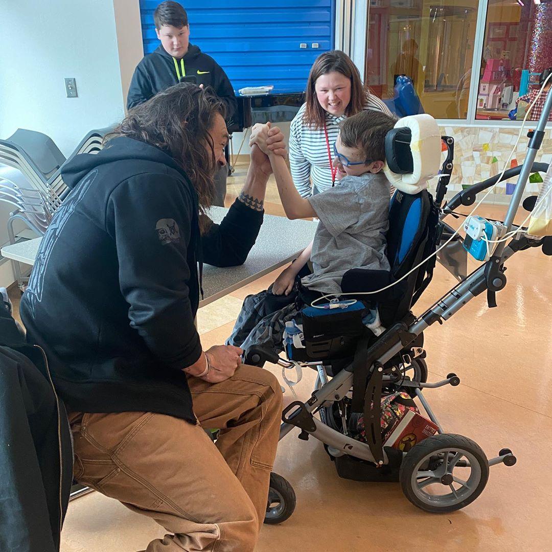 Jason Momoa faz visita surpresa a hospital infantil e encanta crianças 2