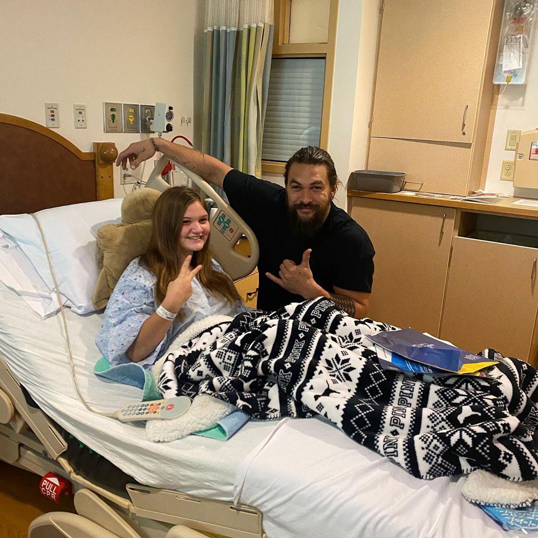 Jason Momoa faz visita surpresa a hospital infantil e encanta crianças 1