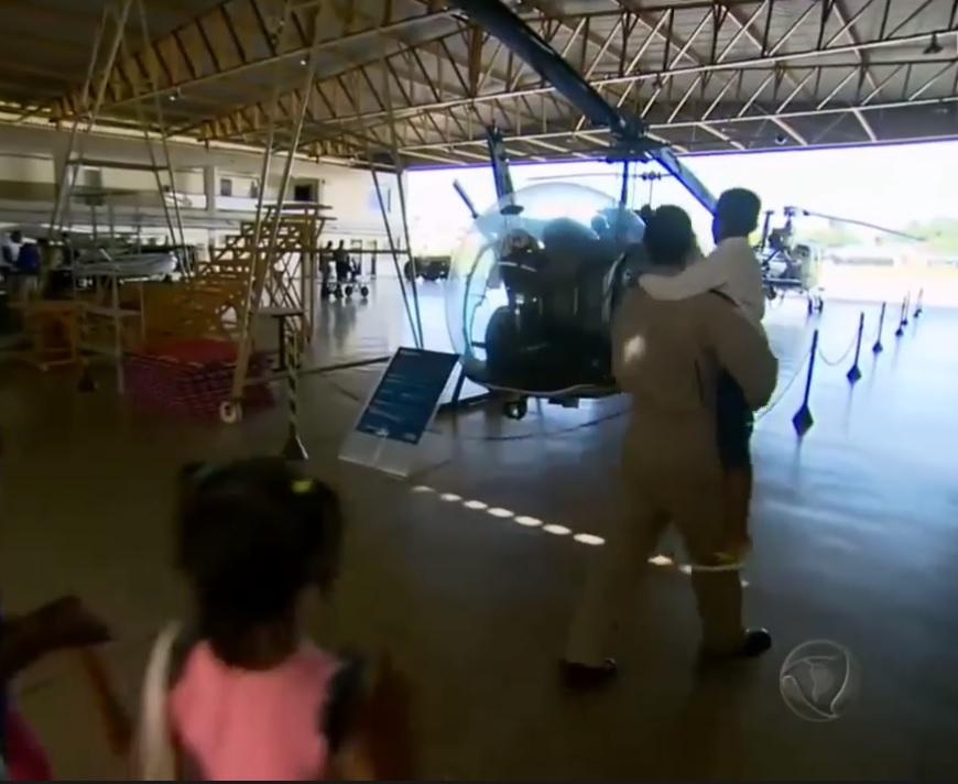 policiais doam cestas básicas menino fugiu fugiu casa buscando comida