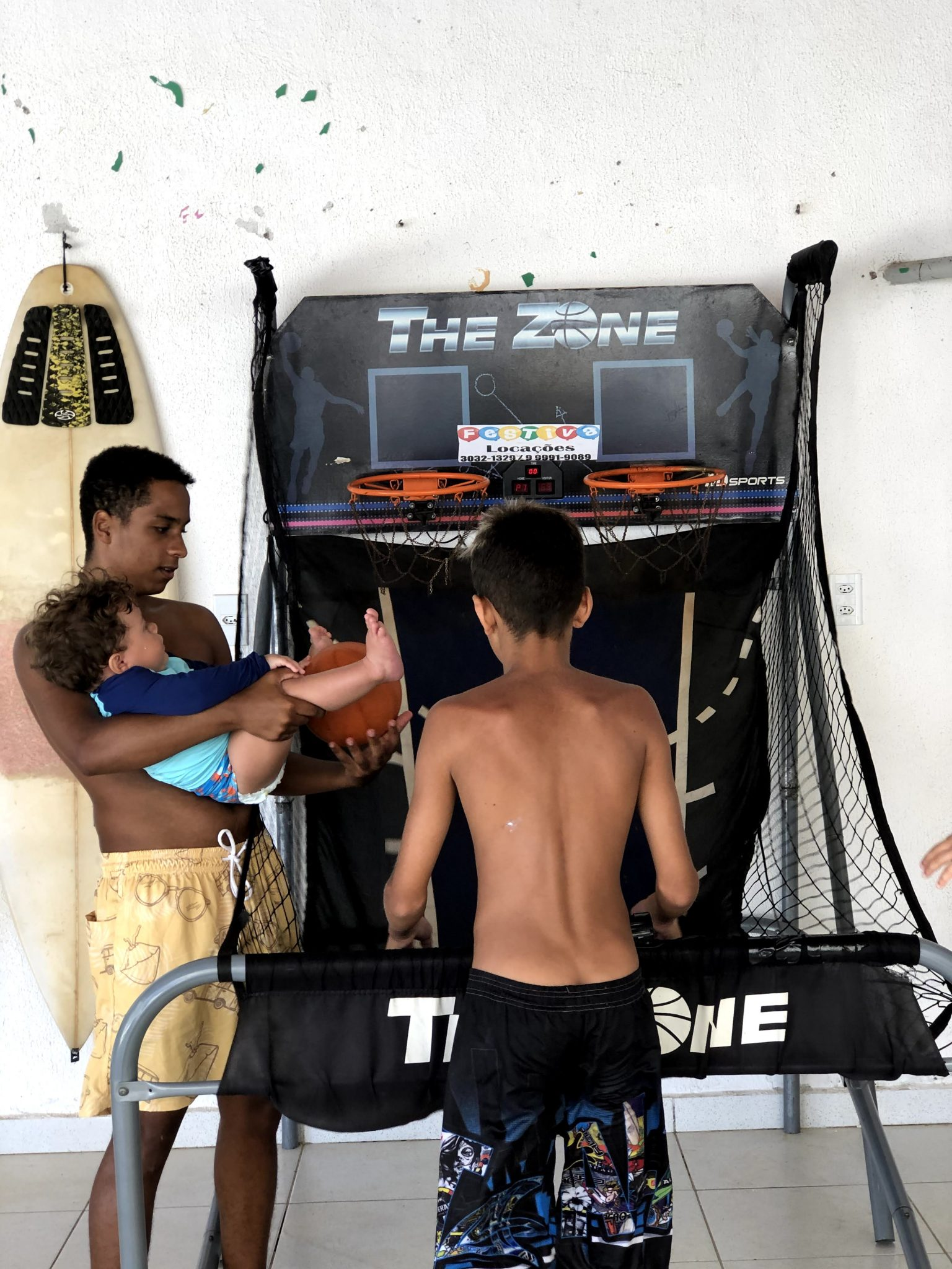 meninos brincando com videogame