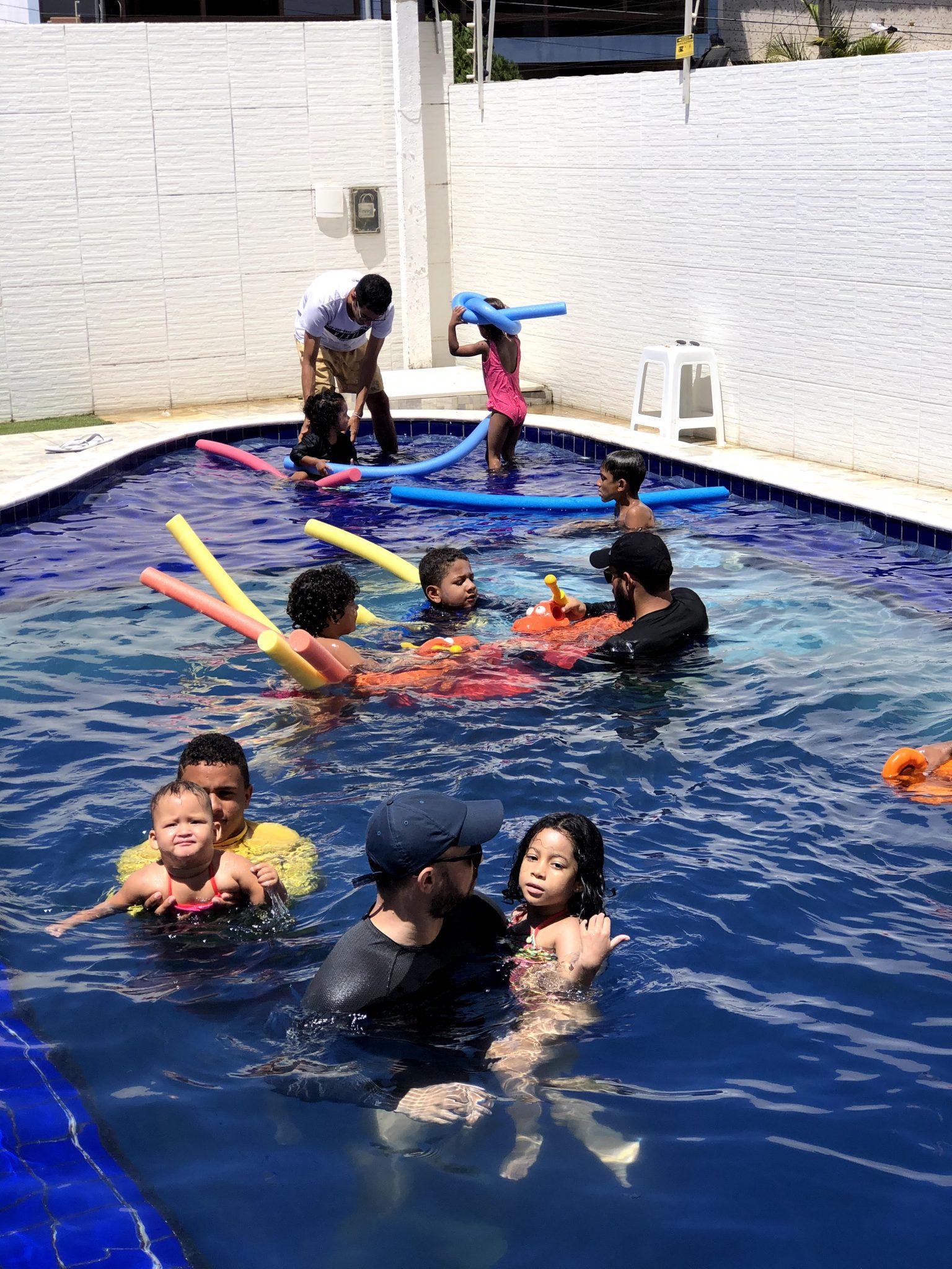 crianças brincando na piscina em festa