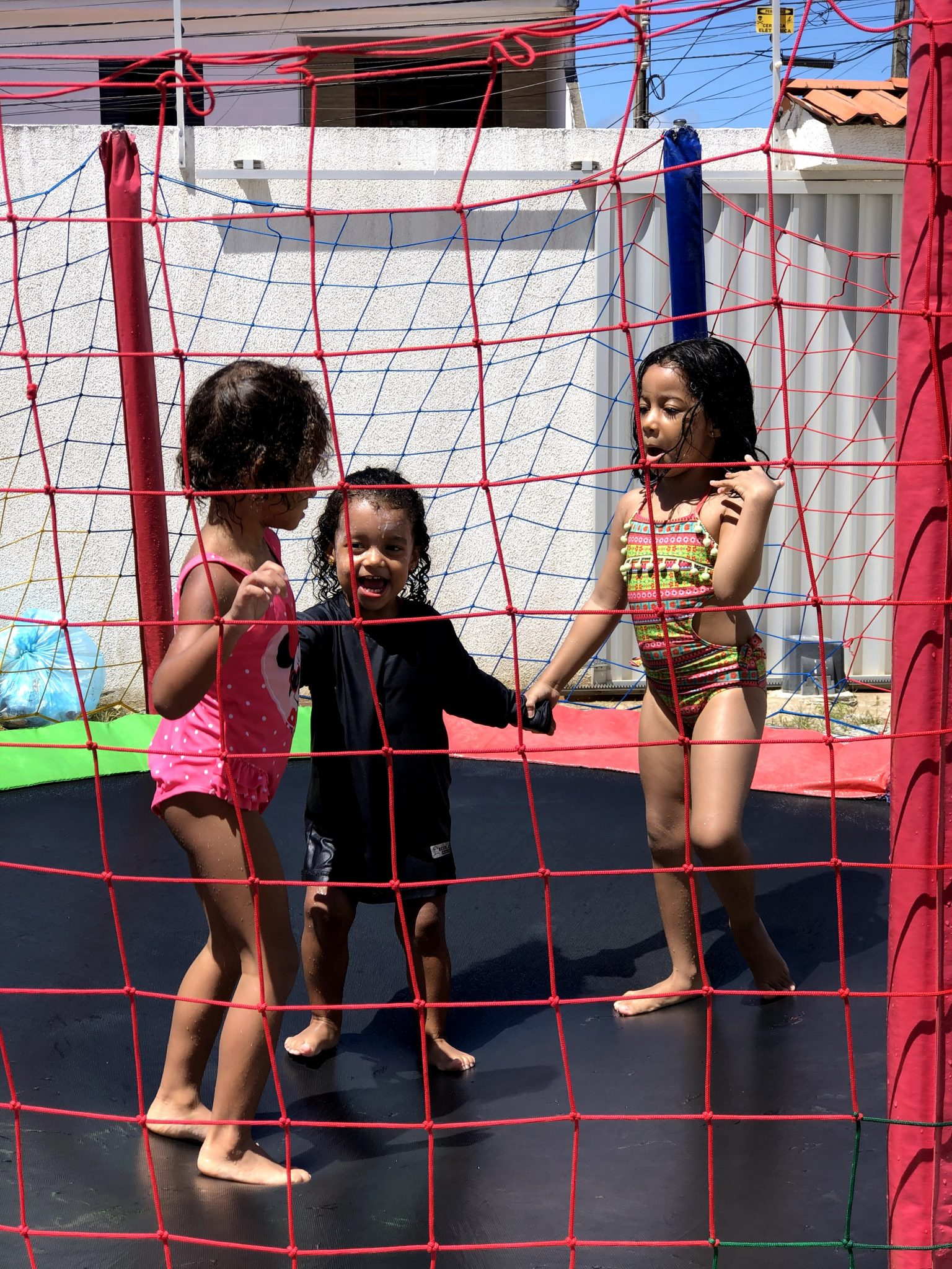 crianças no pula-pula
