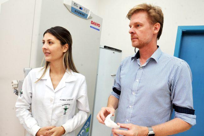 Pesquisadores em laboratório que criaram membrana capaz de desenvolver pele e ossos