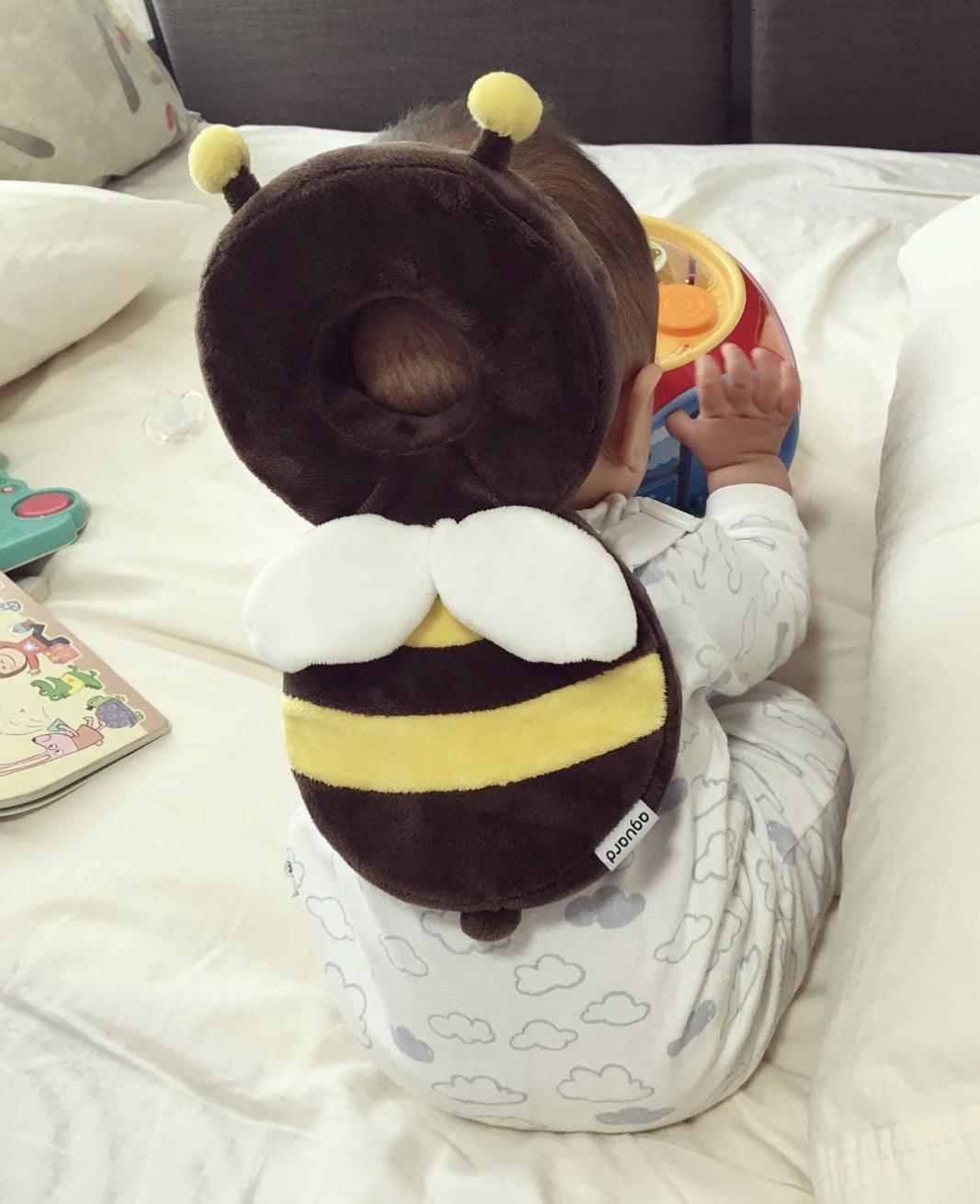 Mochila anti-impacto protege cabeça do bebê contra quedas