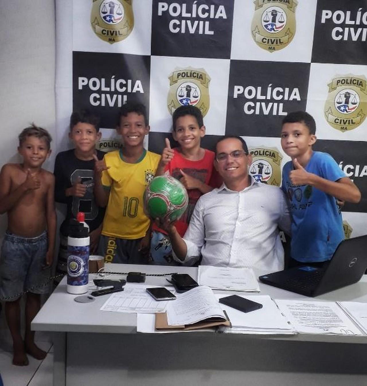 Delegado doa bola para crianças roubadas por vizinha