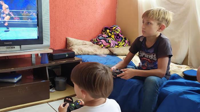 menino que fugiu de casa para juntar latinhas em Londrina (PR) com o videogame que ganhou
