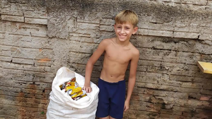 menino junta latinhas para comprar material escolar