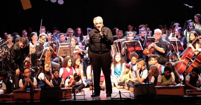 Maestro João Carlos Martins rege concerto de garotos de projeto social e se emociona 2