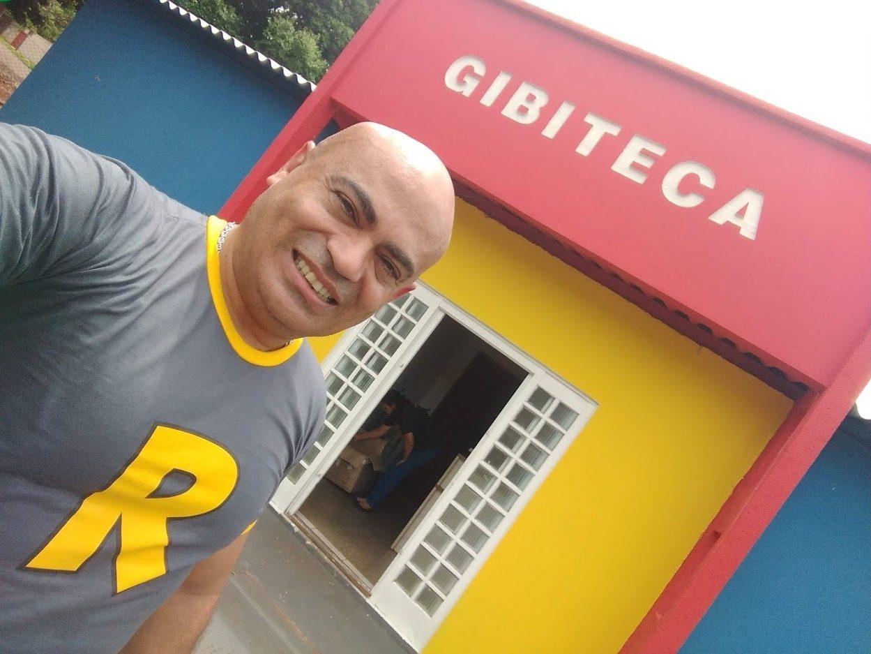 professor em frente a sua Gibiteca em Campo Grande