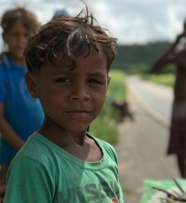 um dos meninos que vendem feijão na estrada de Alagoa Grande (PB)