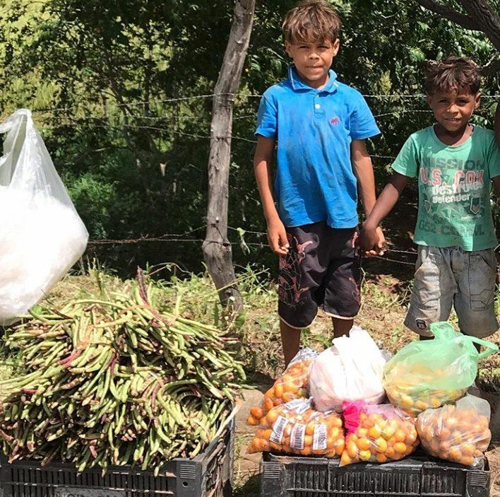 irmãos que vendem feijão na estrada de Alagoa Grande (PB)